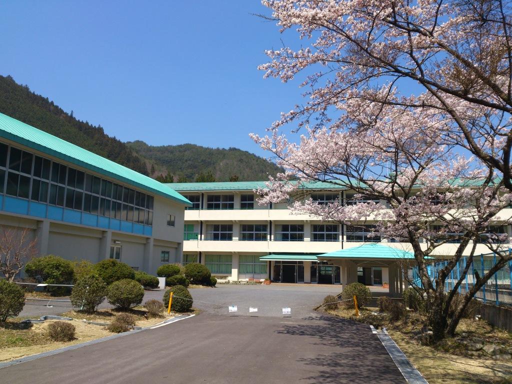 天川中学校外観